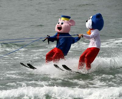 青岛海洋节举行精彩的海上滑水比赛(组图)图片