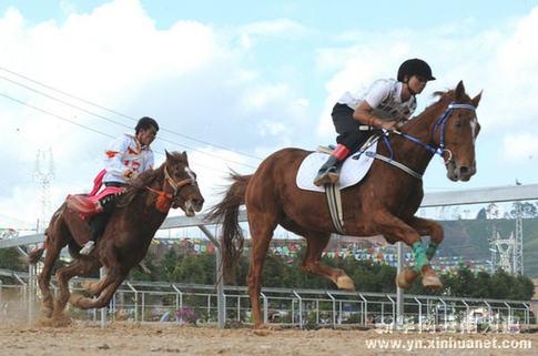 云南少数民族传统体育运动会赛马比赛举行