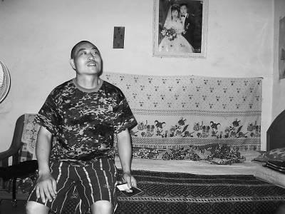 贾忠海 樊江涛/和妻子刘志连的结婚照,一直挂在贾忠海的床头。中国青年报记者...