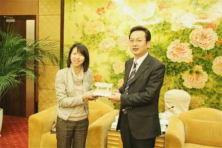 香港特区驻上海经贸办事处主任谭惠仪一行访问南通