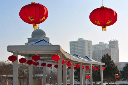 克拉玛依挂红灯喜庆新年