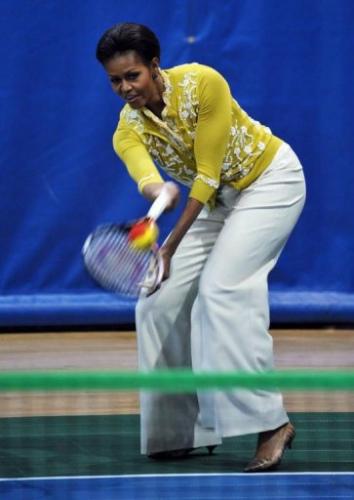 米歇尔/米歇尔·奥巴马在小型奥林匹克运动会上打网球。