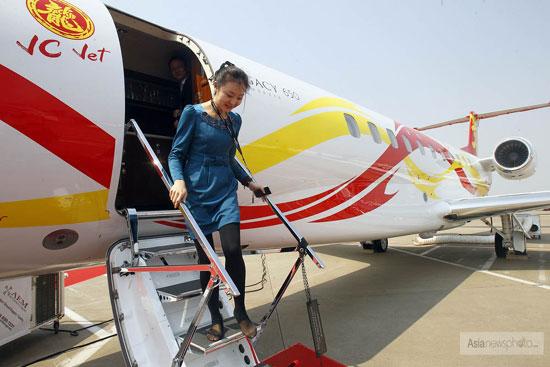 成龙私人飞机亮相2012亚洲公务航空展 价值2亿人民币