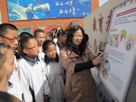 邓红艳老师给学生讲解邪教的危害,教育大家相信科学、反对邪教.-图片