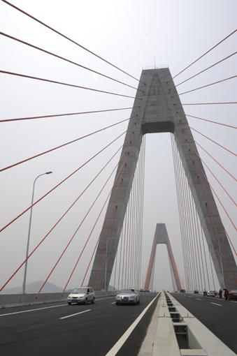 山东海阳丁字湾跨海大桥正式通车