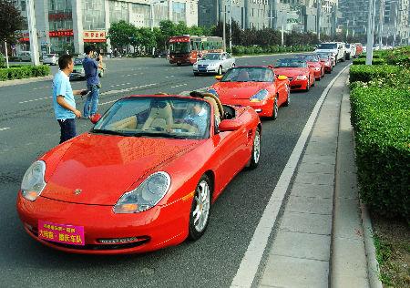 超级豪华婚庆车队亮相郑州街头