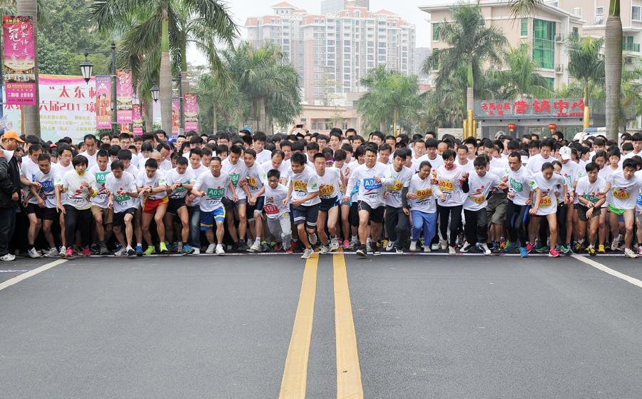 中国/2月10日,市民在广东惠州市惠阳区淡水街道第十六届新春长跑...