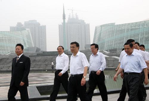 东成人教育先��cey/c_图为李克强在郑东新区考察城市建设.
