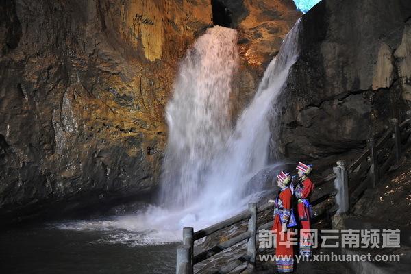九乡雌雄瀑布    洞内迷人景观   九乡风景区,位于云南省宜良县境内。距省城昆明约90公里,是以溶洞景观为主体,洞外自然风光、人文景观、民族风情为一体的综合性风景名胜区。拥有上百座大、小溶洞,被专家誉为溶洞博物馆。