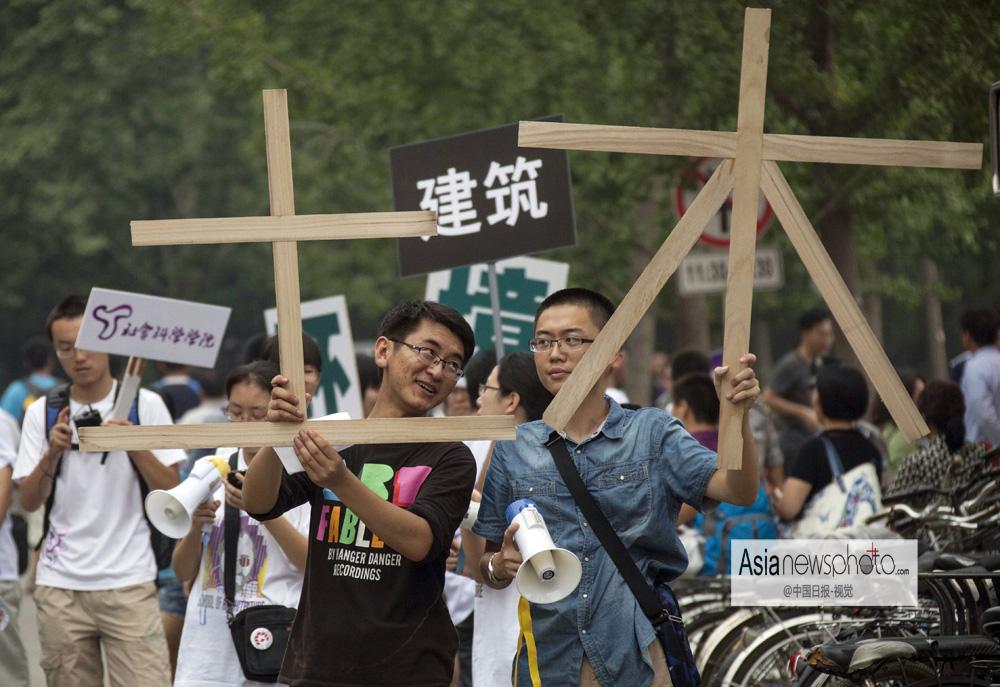 中国 8月/2013年8月21日,在清华大学校园内,土木工程系的学长打着自制...