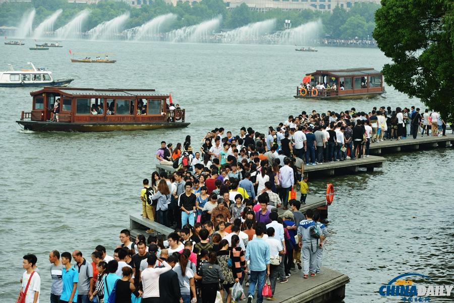 """杭州西湖景区游客""""井喷"""" 人气爆棚"""
