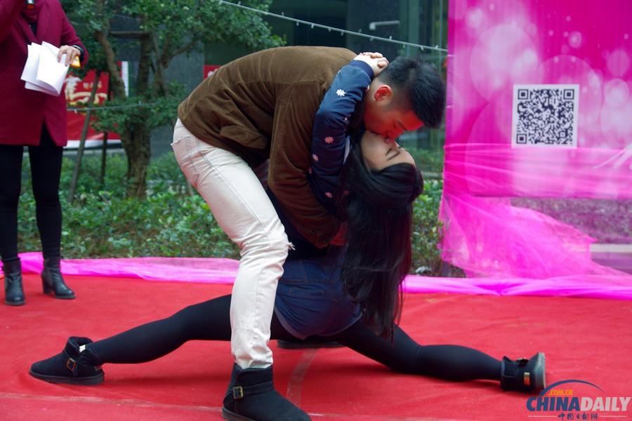 武汉举办光谷圣诞之吻情侣KISS大赛 中国在
