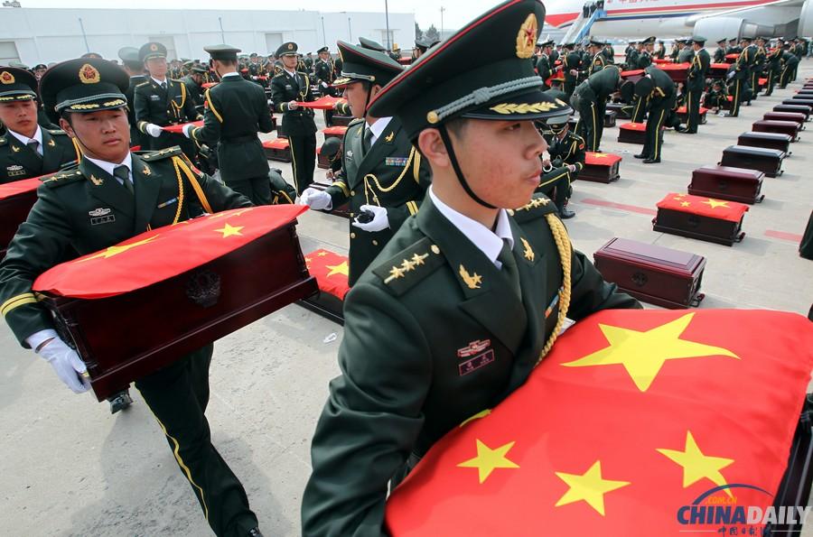 中国 沈阳/28日上午,437具志愿军烈士遗骸抵达沈阳。