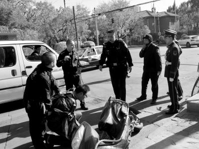 男子骑电动车抢劫逃窜被使馆武警扑倒制服