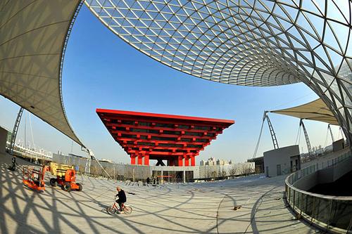 图为建设中的上海世博会世博园区——中国馆、阳光谷、世博轴.-