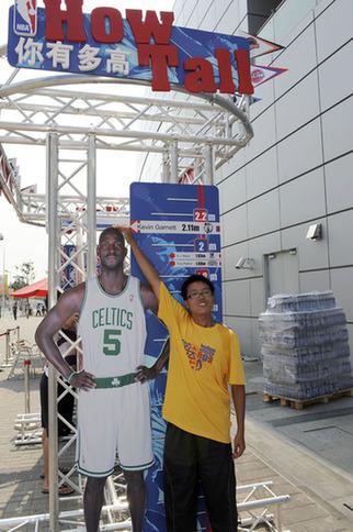 nba球星鞋码_美国馆外游客现场与NBA巨星一较高下