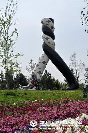7《丝路起点》 《丝路起点》雕塑是以平面设计大师陈绍华创作的海报