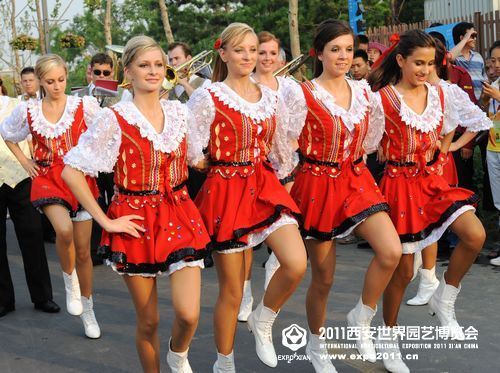 来自波兰的美女 跳起了活泼欢快的舞蹈