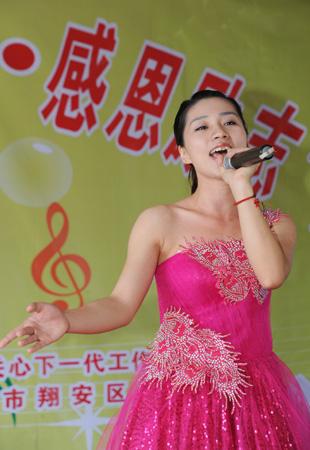 青年组第一名朱盈盈演唱《黄河渔娘》(张天骄 摄)图片
