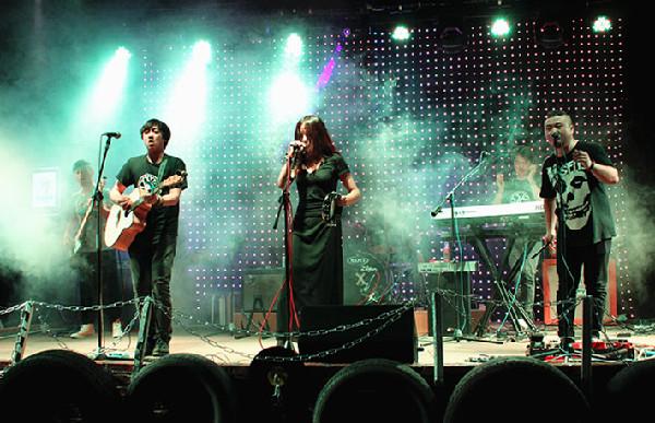 血森林乐队用不插电的民谣弹唱,吟唱着关于爱和自然的小夜曲.图片
