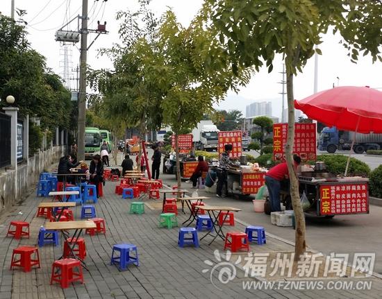 福州动物园大门口流动摊贩扎堆 抢占非机动车道