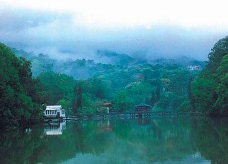 罗浮山自然风景秀丽,其中的道教遗迹和景观主要有:冲虚观,黄龙观,九