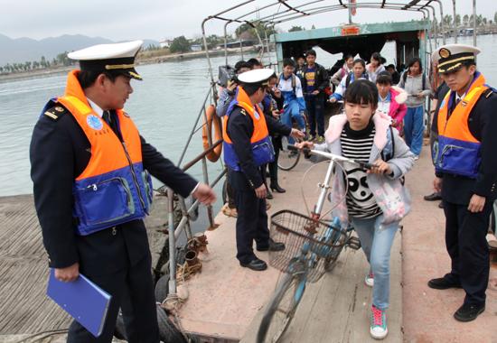 """守护偏远海岛的安全""""校巴"""" 广东海事部门护航乘渡学生"""