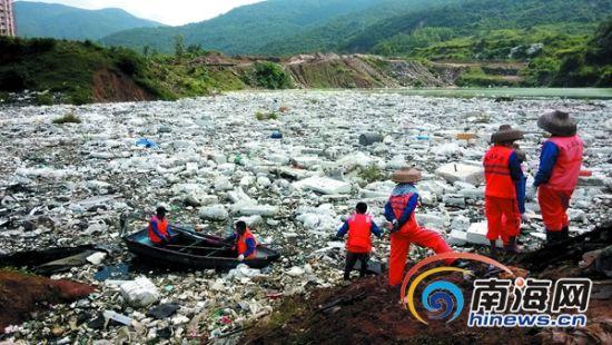 """三亚""""垃圾湖""""挖出150车垃圾 吉阳区:严处违规倒垃圾"""