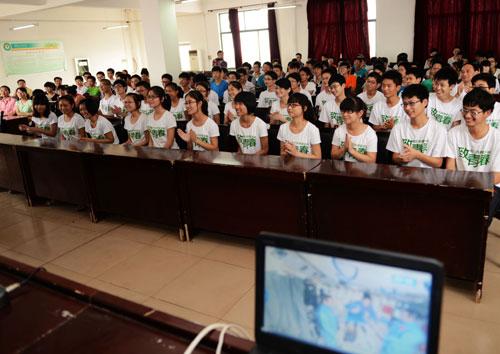 河南固始永和高级中学师生共同收看太空授课
