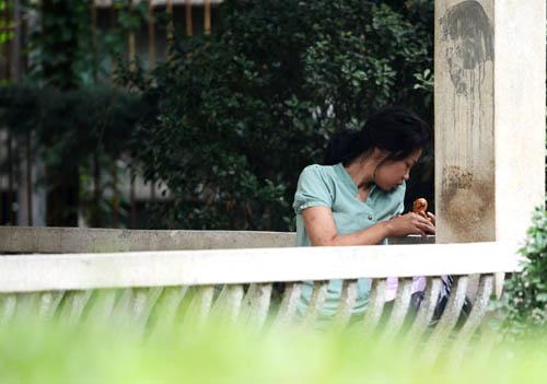 郑州街头神秘流浪女不接受救助