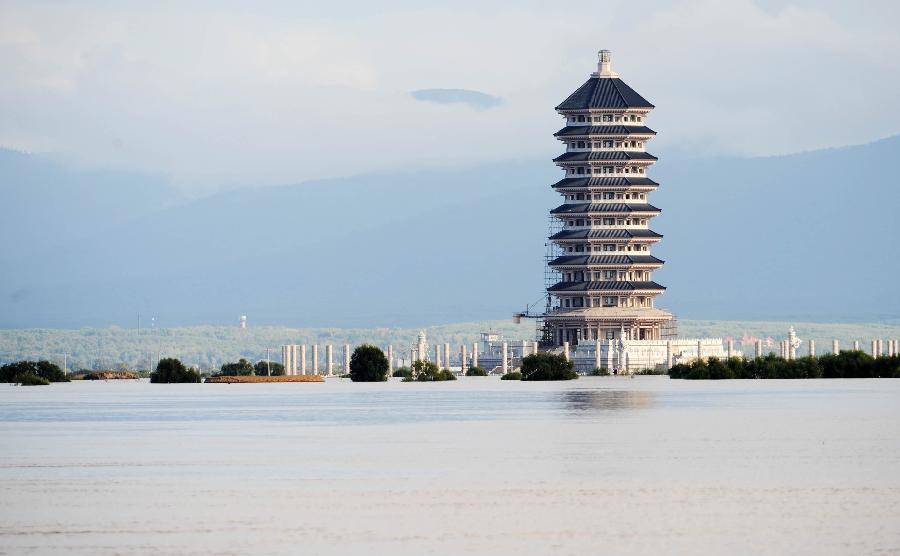 在黑瞎子岛上,在建的东极宝塔被洪水包围(9月1日摄).