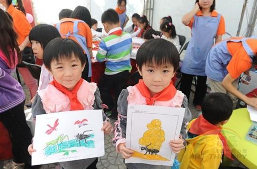 这两位选择的填充画大不相同,看表情能看出来吧? 2011年10月3日,为期两天的第八届北京双胞胎文化艺术节在北京红领巾公园圆满落幕。艺术节上从还在婴儿车里的双胞胎宝贝到已经年迈的老年双胞胎,各个年龄段的双胞胎齐聚一堂,别出心裁的盛大场面十分壮观。今年文化节专门为婴幼儿双胞胎特别设计了自由绘画、爬行大赛等亲子互动环节,我们李凌云儿童自由绘画乐园也被邀请参与其中,亲身体会到了双胞胎们的个性生活。 在活动中,大家的目光都被这些可爱的孩子们所吸引,我们大多数人都认为双胞胎之间是心有灵犀的,在做一件事的时候一定会