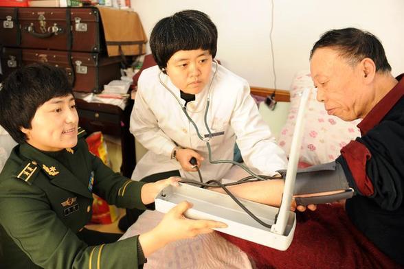 林:健康助残进社区 1月18日,医务人员给老年残疾人测量血压.春图片