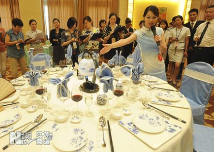 一名选手在参加中餐宴会摆台比赛图片