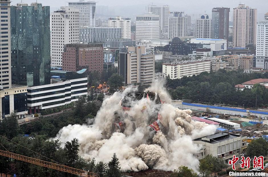 南京:外地货车违规上桥被查 车外挂一名保安欲