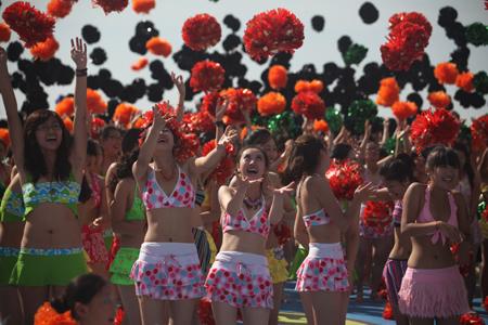 8月17日上午,首届中国(葫芦岛兴城)国际泳装文化节重头戏我爱比基尼、万人吉尼斯在辽宁葫芦岛举行。3090名身穿比基尼的美女同时出现在美丽的葫芦岛海滨上,场面甚是壮观。 在这3090人中,有专业模特、电视主持人、有大中小学学生、有机关干部、社区大妈。年龄最大的69岁,最小的仅4岁。她们的热情沸腾了整个葫芦岛海滨,引来现场观众的阵阵喝彩声。 据悉,此前国外最多有1900余人同时参加并申请世界吉尼斯纪录。如今这一纪录被葫芦岛的3090名比基尼美女刷新,创造了世界上人数最多的比基尼沙滩活动纪录,被英国吉