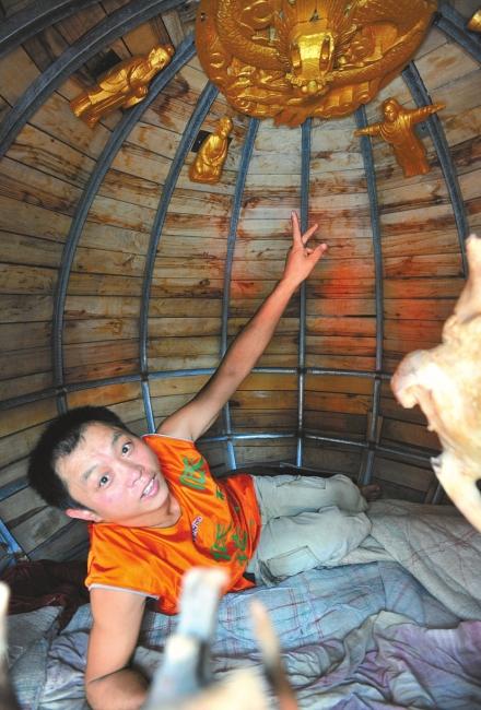 车尾的地球仪是蒋桂山设计制作的,直径2米,重600斤,内部是钢架结构