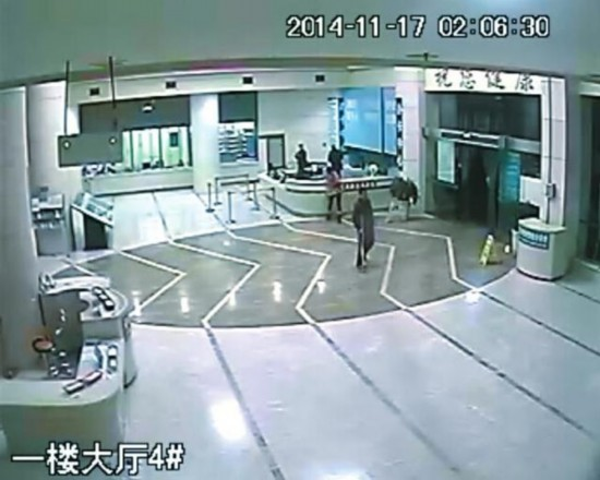 医院视频_(监控视频截图) 11月15日,达州(微博)女子任某深夜陪同丈夫到医院就诊