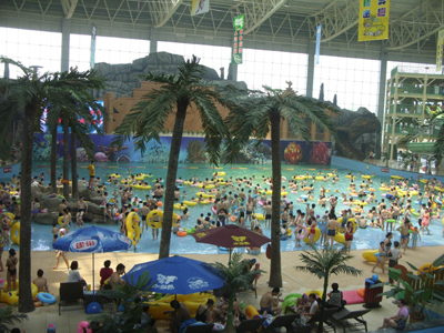 同日,与之相邻的天颐湖风景区开园仅两天,就迎接51000名游客来此戏水