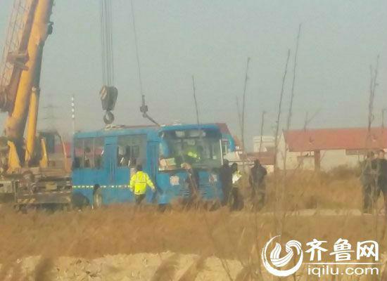 东营垦利校车侧翻事故续:4人受伤3人抢救无效死亡