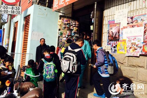 v零食:济南小学生扎堆零食摊五毛钱辣条糖果小学生社会实践有哪些图片