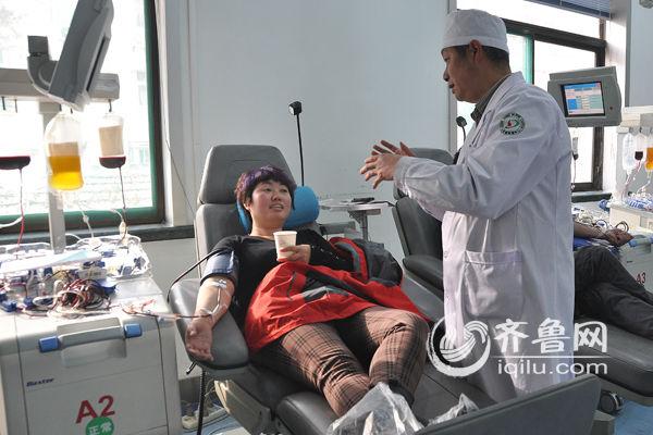 临床急需血小板 山东台主播与网友齐上献血台