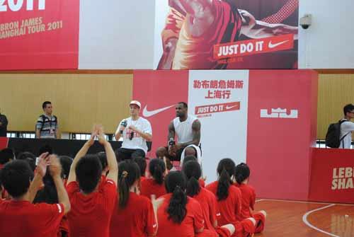 勒布朗/8月18日,NBA热火队篮球明星勒布朗·詹姆斯在上海体育学院辅导...