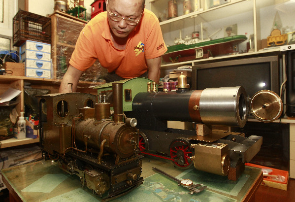 陆继明/5月24日,陆继明在展示自己制造的两辆蒸汽小火车。