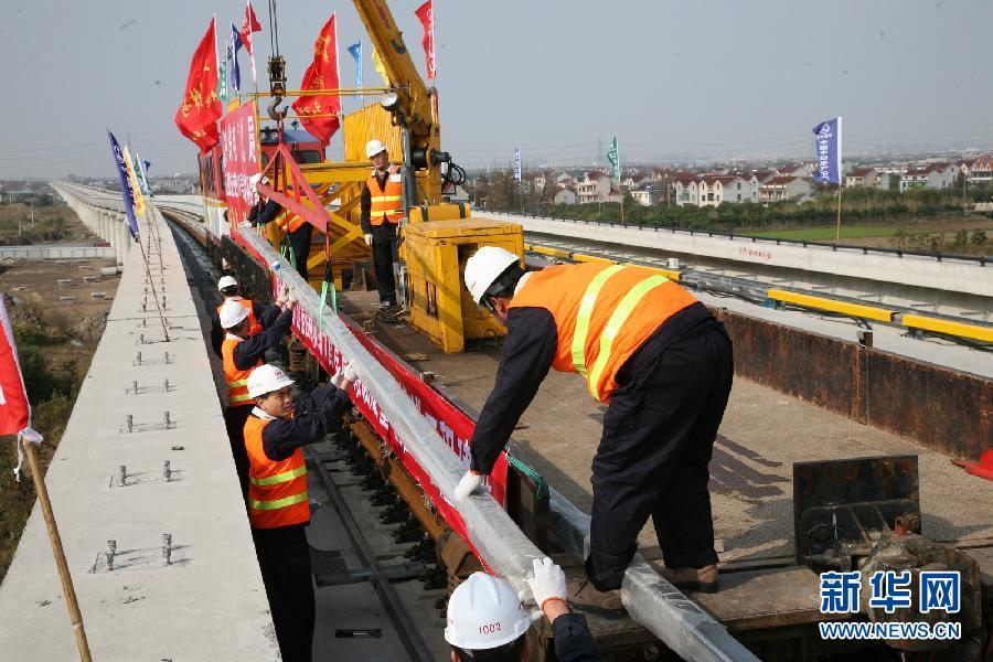 工作人员在上海轨道交通16号线野生动物园