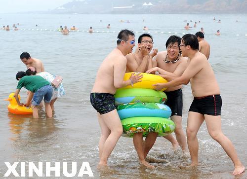 7月2日,游客在青岛第一海水浴场游玩.新华社记者 李紫恒摄