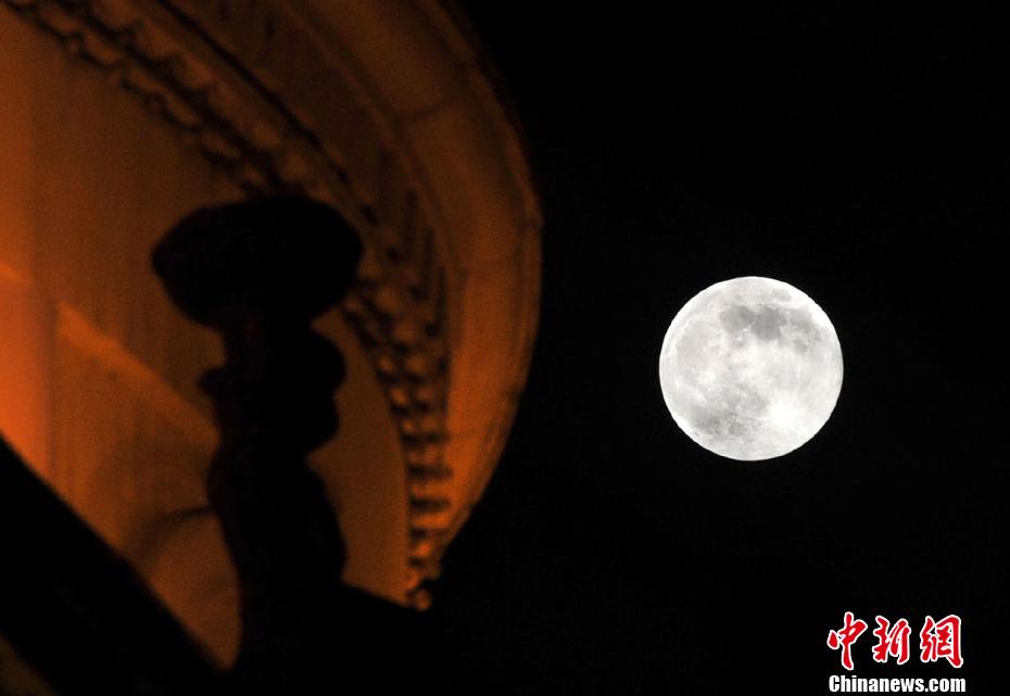 6月23日,超级月亮挂福州夜空。当日,正好是农历十六日,据天文部门预测,23日19时11分,月球过近地点,距地球35.699万公里,大约19时30分左右,月亮又迎来月圆时刻,这便是2013年最大最圆的月亮,也就是超级月亮。中新社发吕明 摄