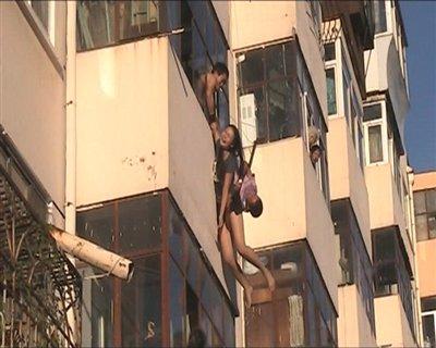 女子跳楼被男子抓住网友赞其&quot中国好邻居&quot