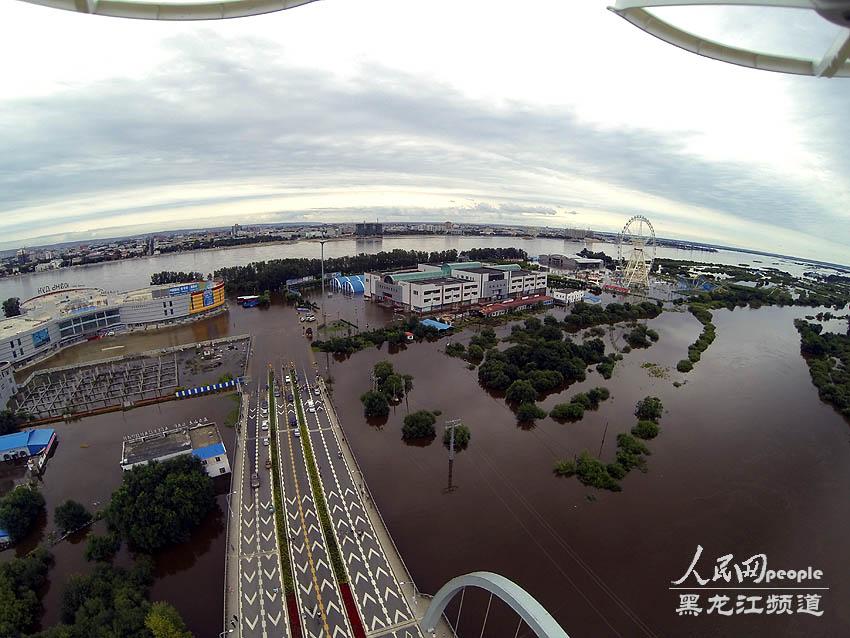 8月12日,图为黑河大岛,部分公路已淹没,对面为俄罗斯.