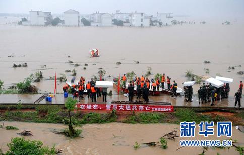 江西抚河唱凯堤发生决口,抚州市临川区罗针镇房屋和公路被淹(2010年6